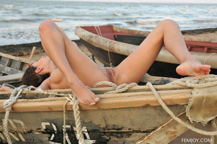 Фото ню бабы с упругим бюстом в лодке смотреть эротику