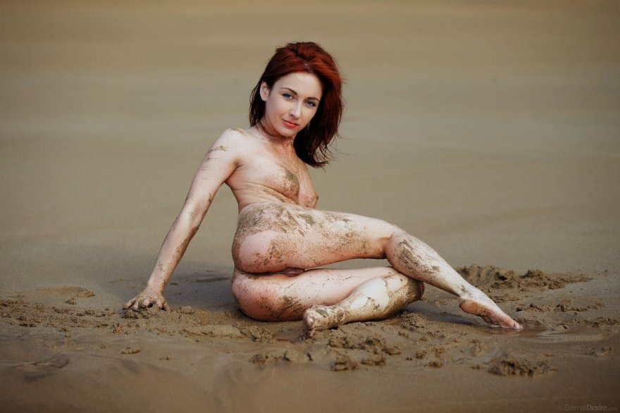 Грязная девушка на мокром песке