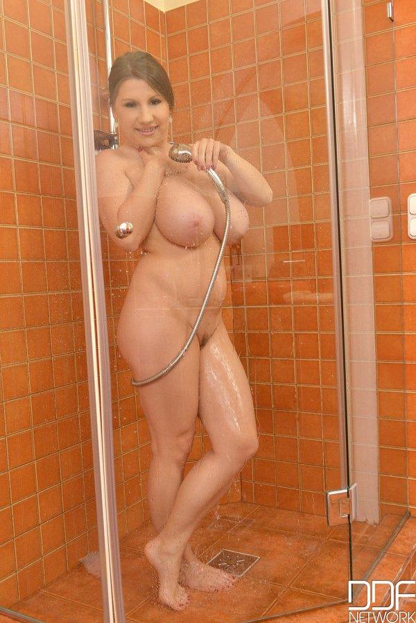 Дочка голенькая в душе - www-kiss.ru