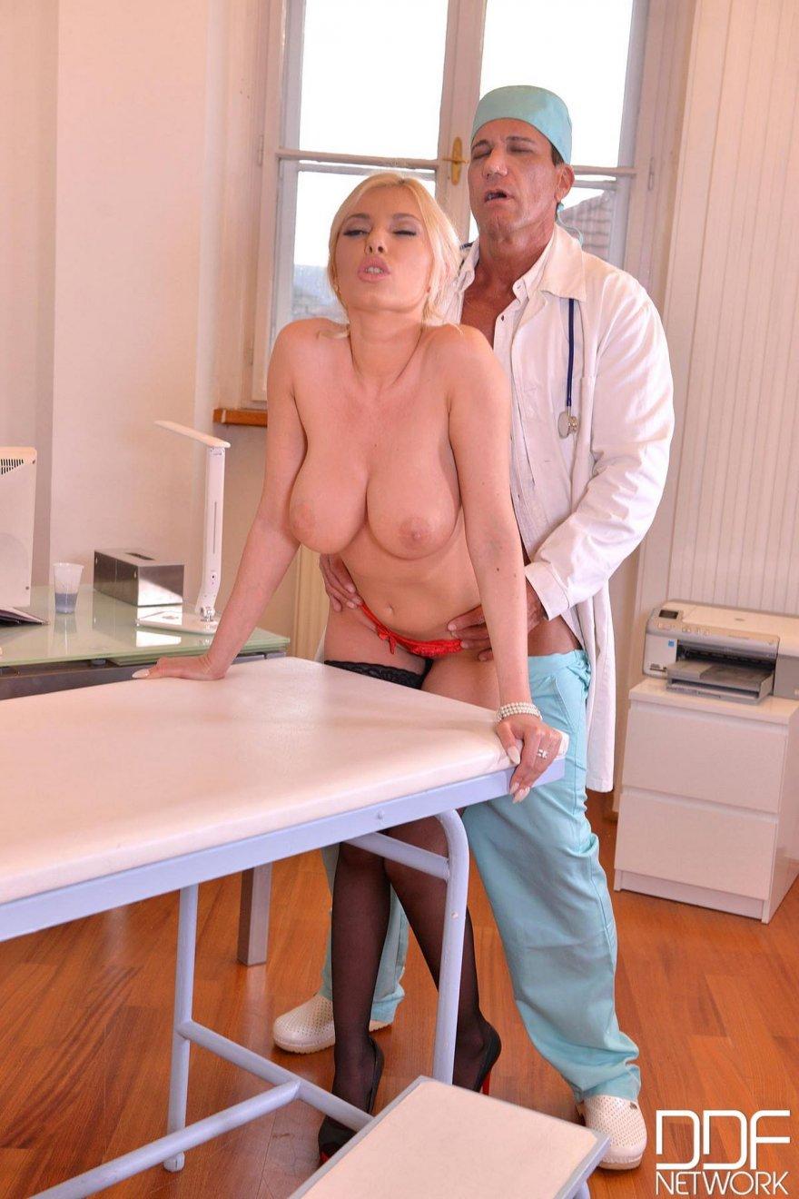 Блондиночка с большими дойками спаривается в кабинете врача
