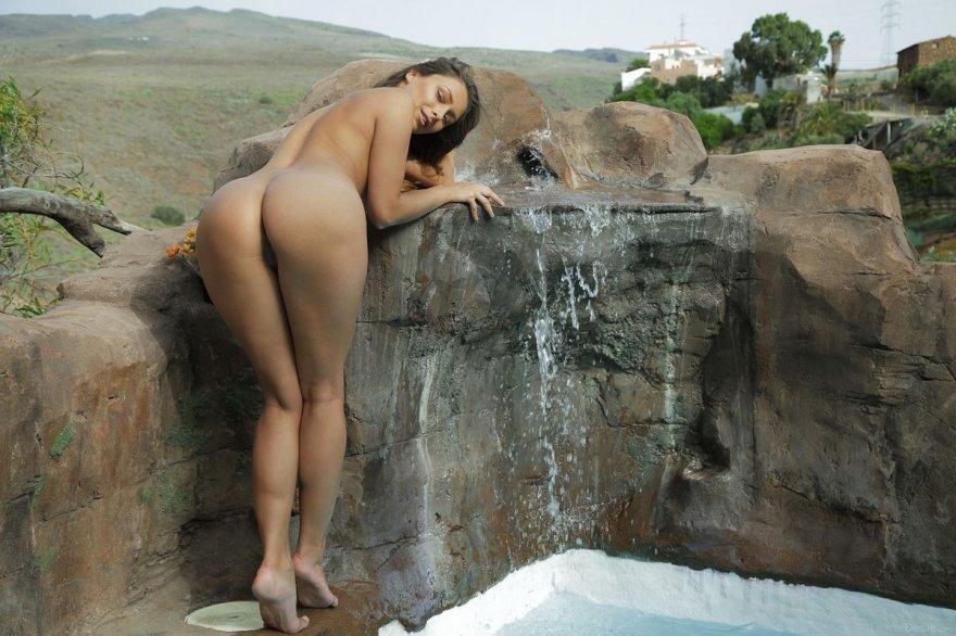 Секс-фото соблазнительной топ-модели возле искусственного водопада смотреть эротику