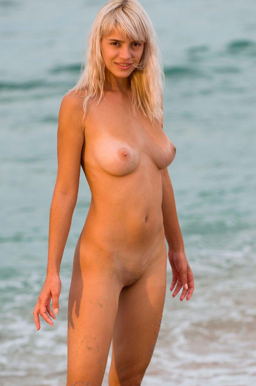 Высокая блондинка на мокром песке