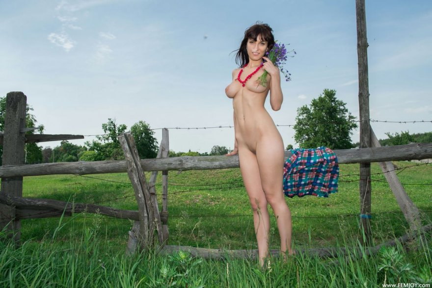 Грудастая шатенка с букетом полевых цветов