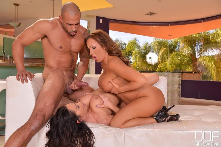 Порно фото секса втроем - зрелые модели с большими сиськами
