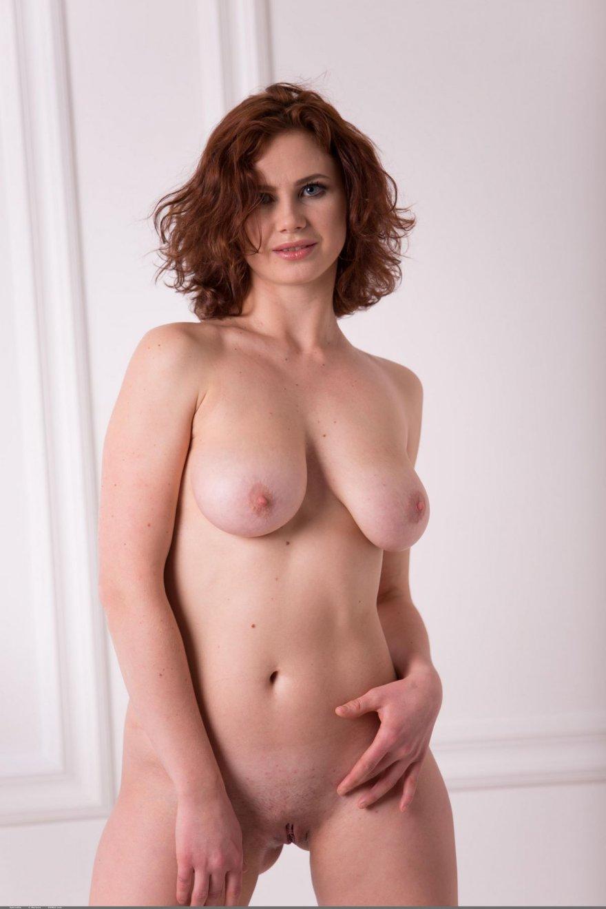 Эротические фото шатенки с женственной фигурой