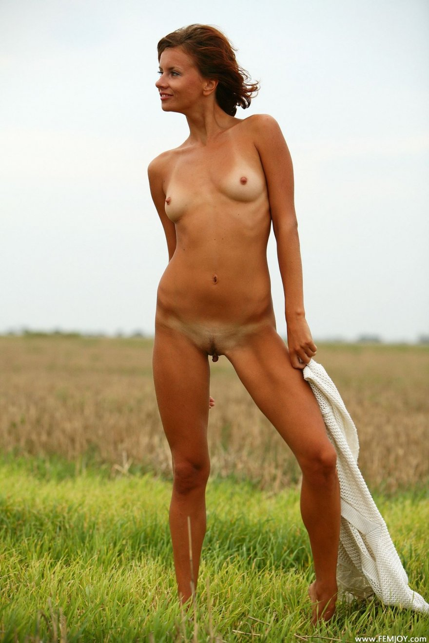 Загорелая рыжеволосая девушка в естественной среде смотреть эротику