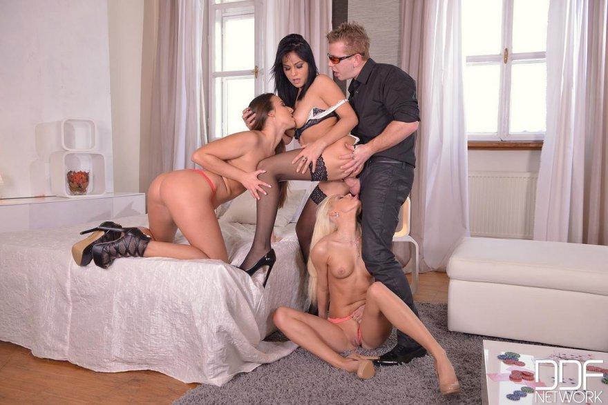 порно с тремя красотками