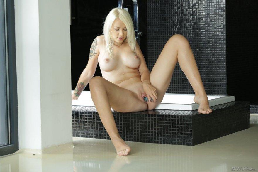 Порно фото мастурбации блондинки с тату