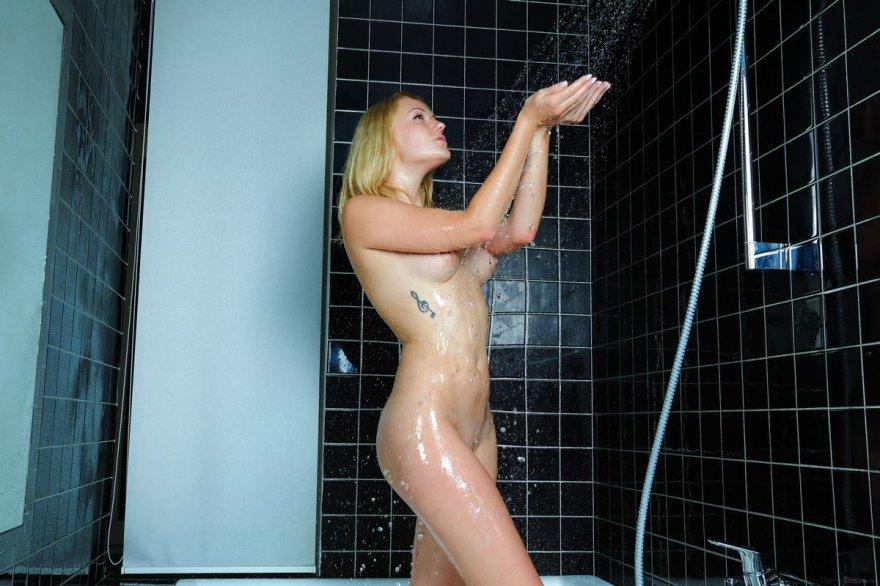 Молоденькая блондиночка с торчащими розовыми сосками в душевой