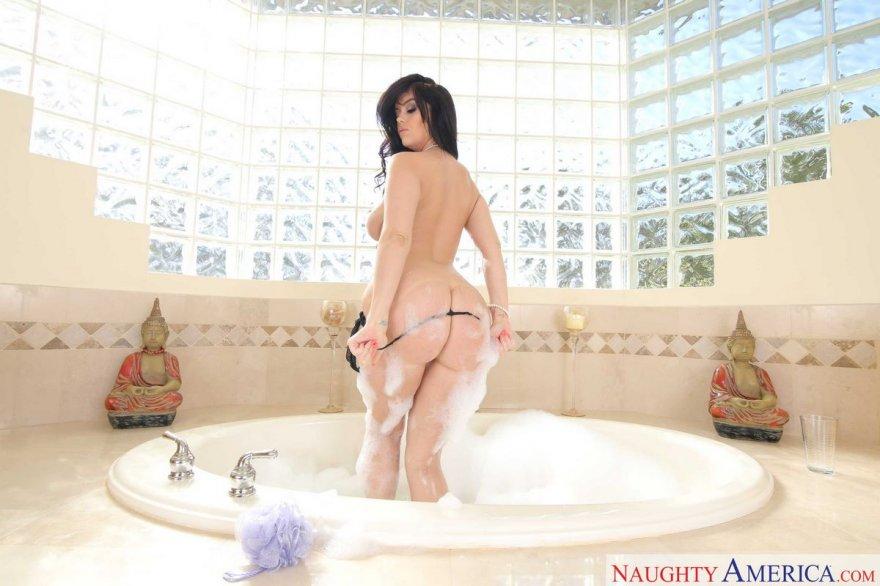 Супер-попа в пене - восхитительной темноволосая девка под душем