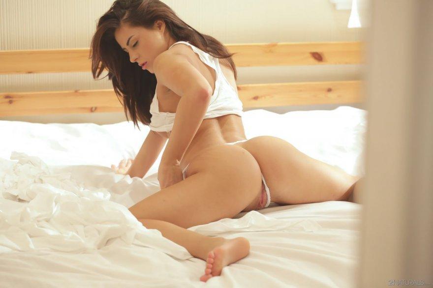Кобыла с горячей задницей нежится в кровати