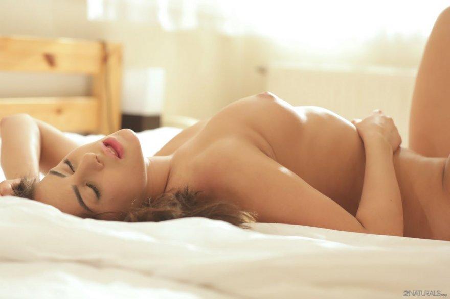 Утренняя дрочка девушки на койке