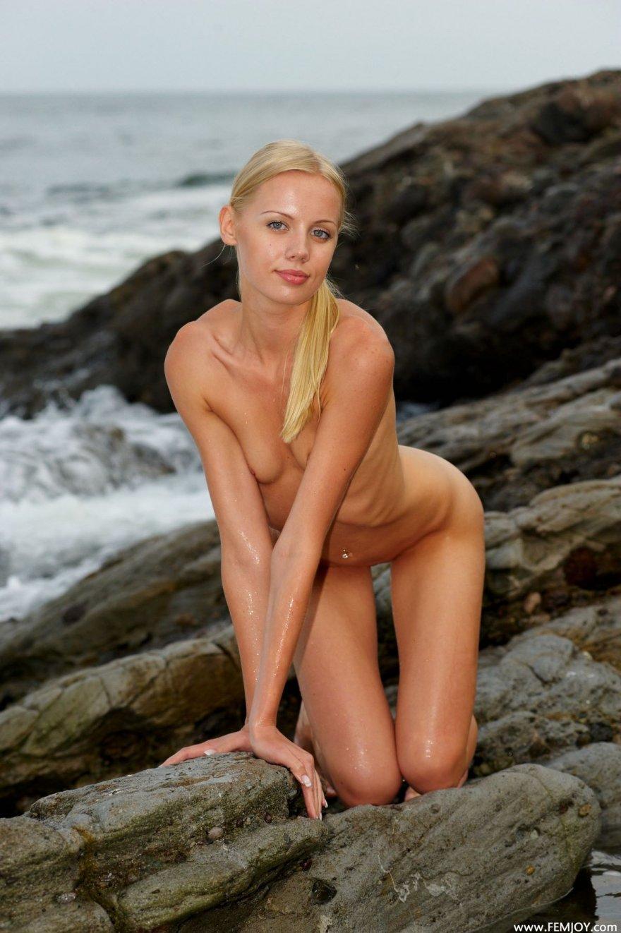 Костлявая блондинка в море