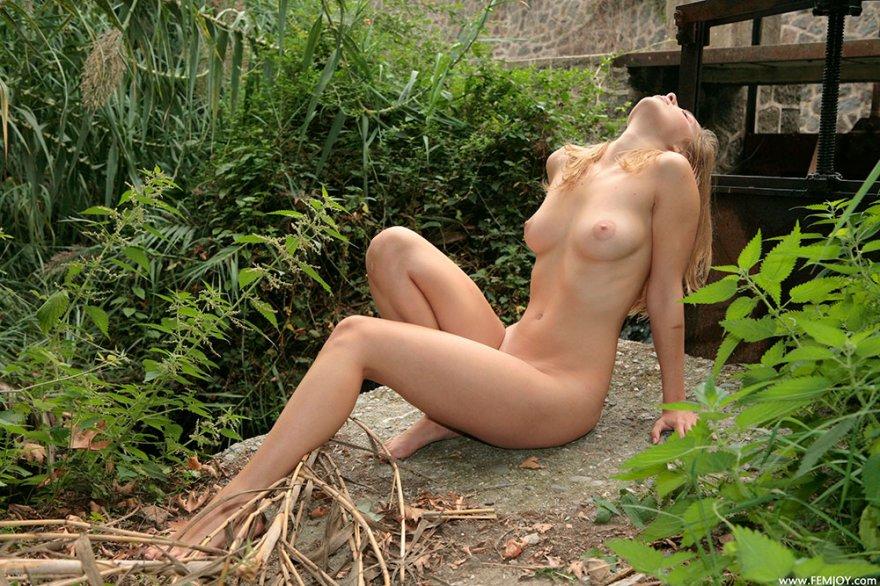 Голая блондинка в зеленых зарослях