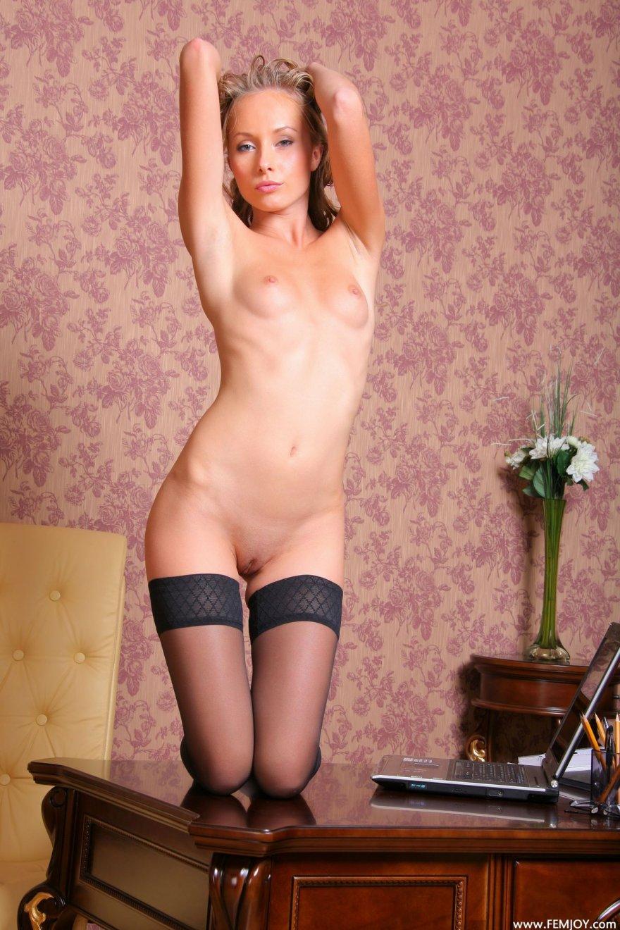 Сексуальную молодую блондинку с длинными ножками и в черных чулках 13 фотография