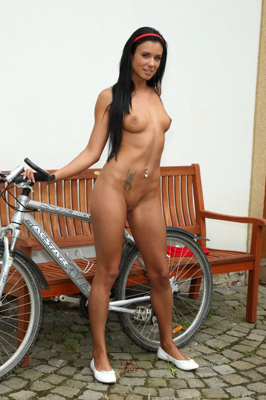 Нагая брюнеточка на велосипеде секс фото