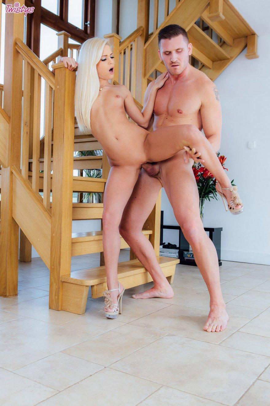 Секс милой сучки со свелыми волосами на лестнице смотреть эротику