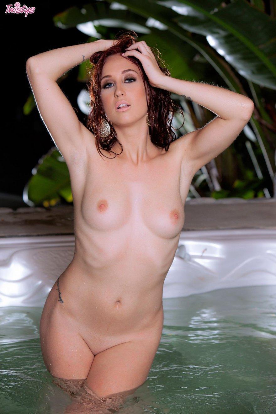 Эротика рыжей в большой ванне-джакузи