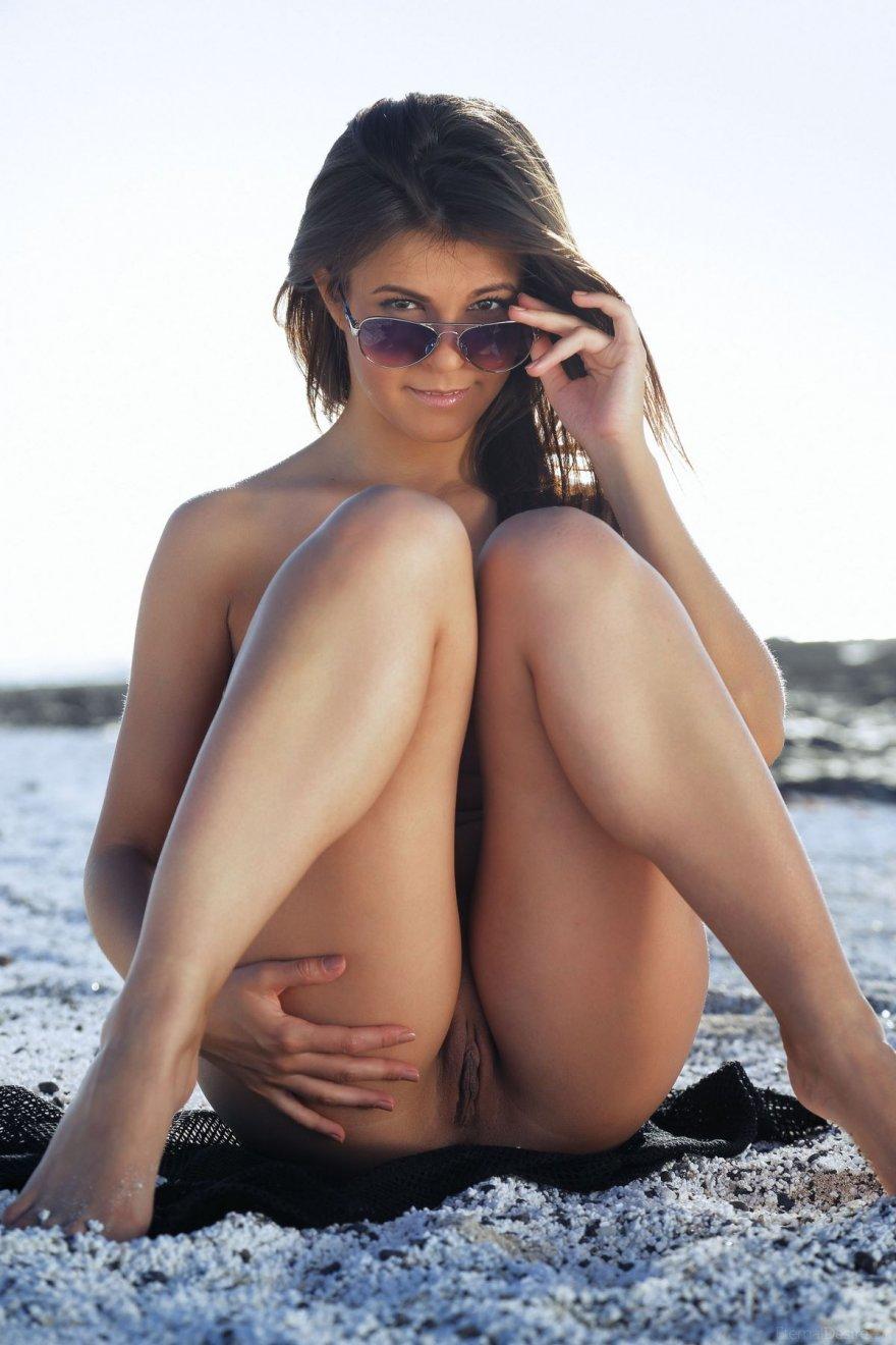 Брюнетка в прозрачном халатике на белом песке