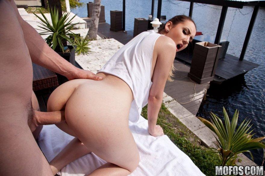 Привлекательные секс-позы парочки около реки