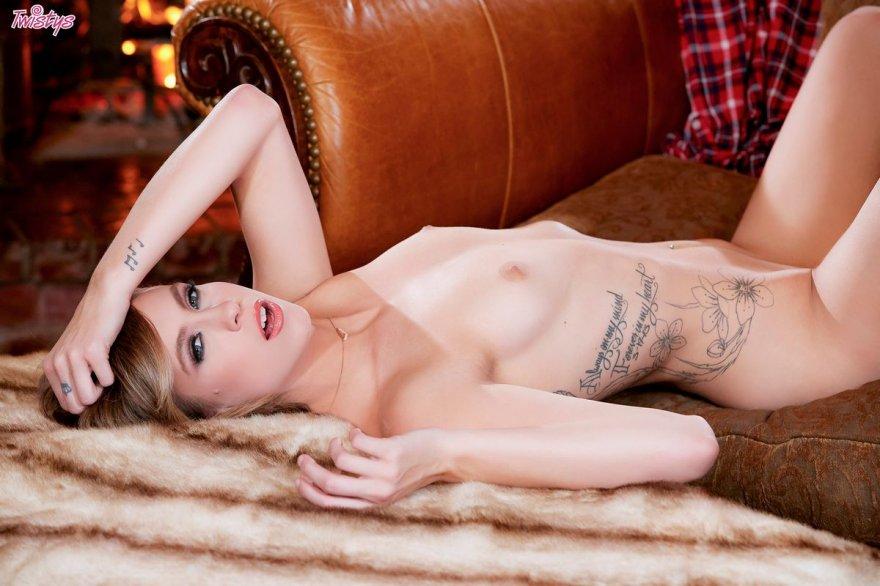 Привлекательная порнушка мамаши с маленькими буферами на фоне камина