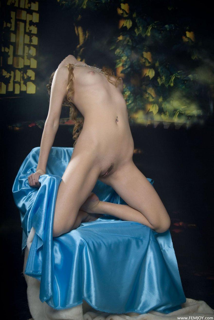 Идеальная клубничка блондинки в кресле