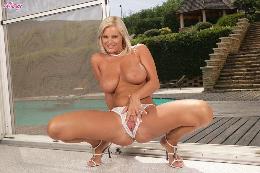 Блондинка с тяжелой загорелой грудью
