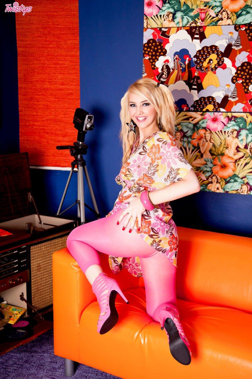 Яркая эротика блондинки в розовых колготках