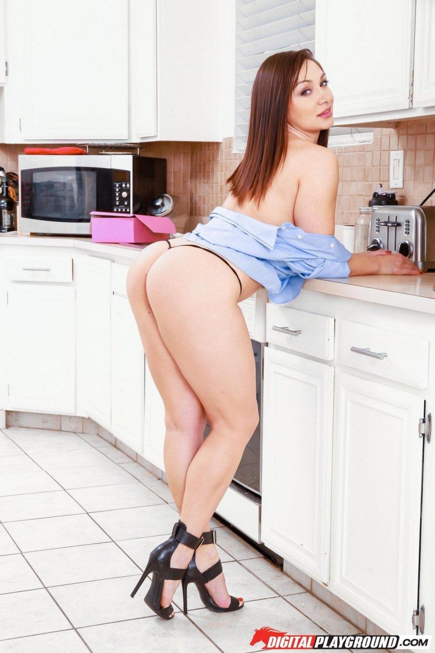 Брюнетка с гигантской попой на кухне