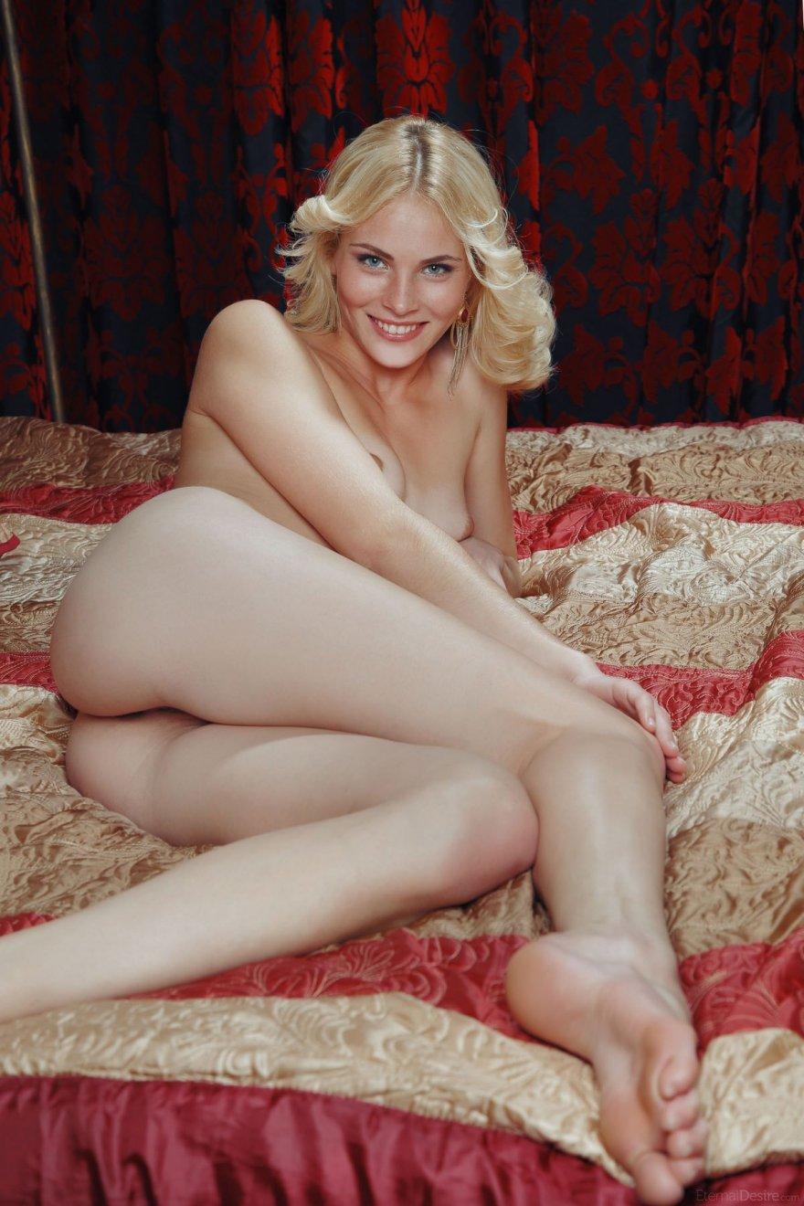 Гибкое тело красивой блондинки