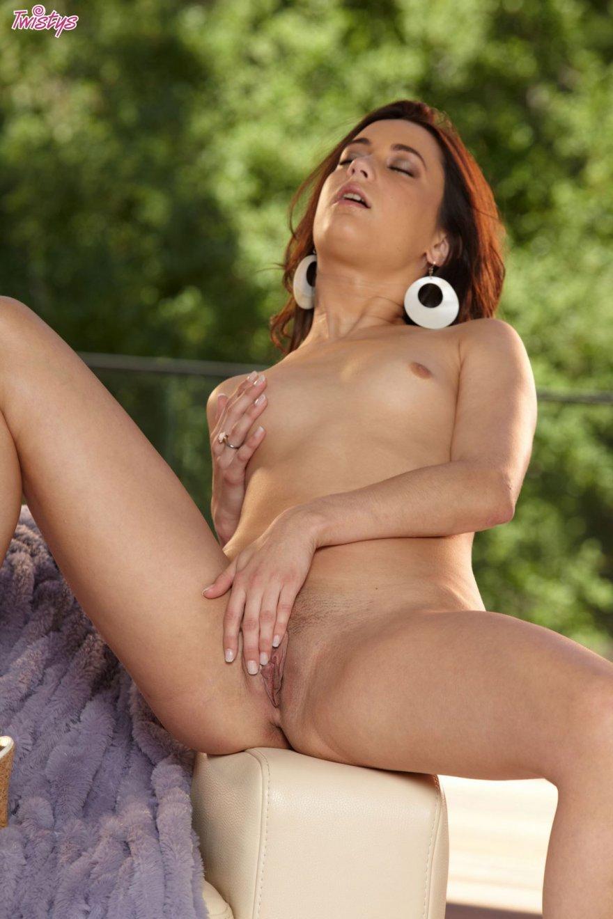 Брюнетка спускает бикини с оборочками