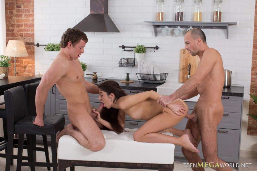 Секс на кухне в троем