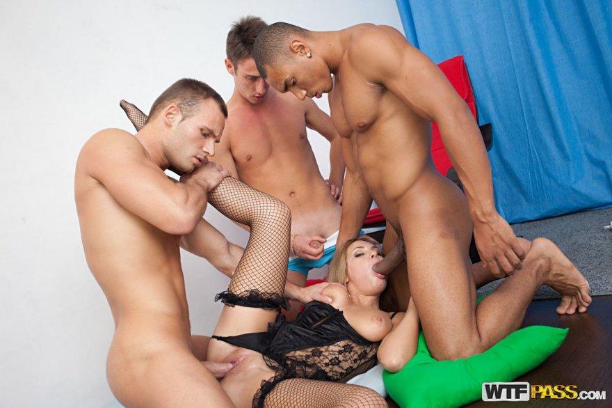 Мамаша в сексуальном белье целует два писюна