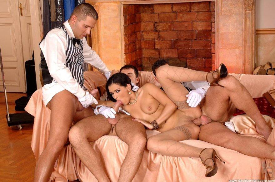 Упитанная темноволосая девка занимается сексом с тремя официантами