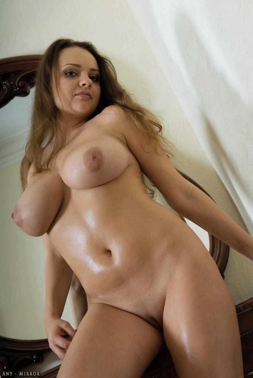 голая красотка с натуральной грудью фото