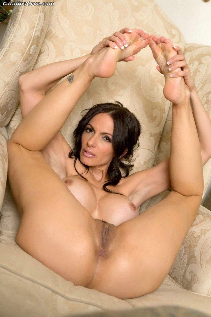 Достаточно раскрепощенная модель с темными волосами Catalina Cruz секс фото