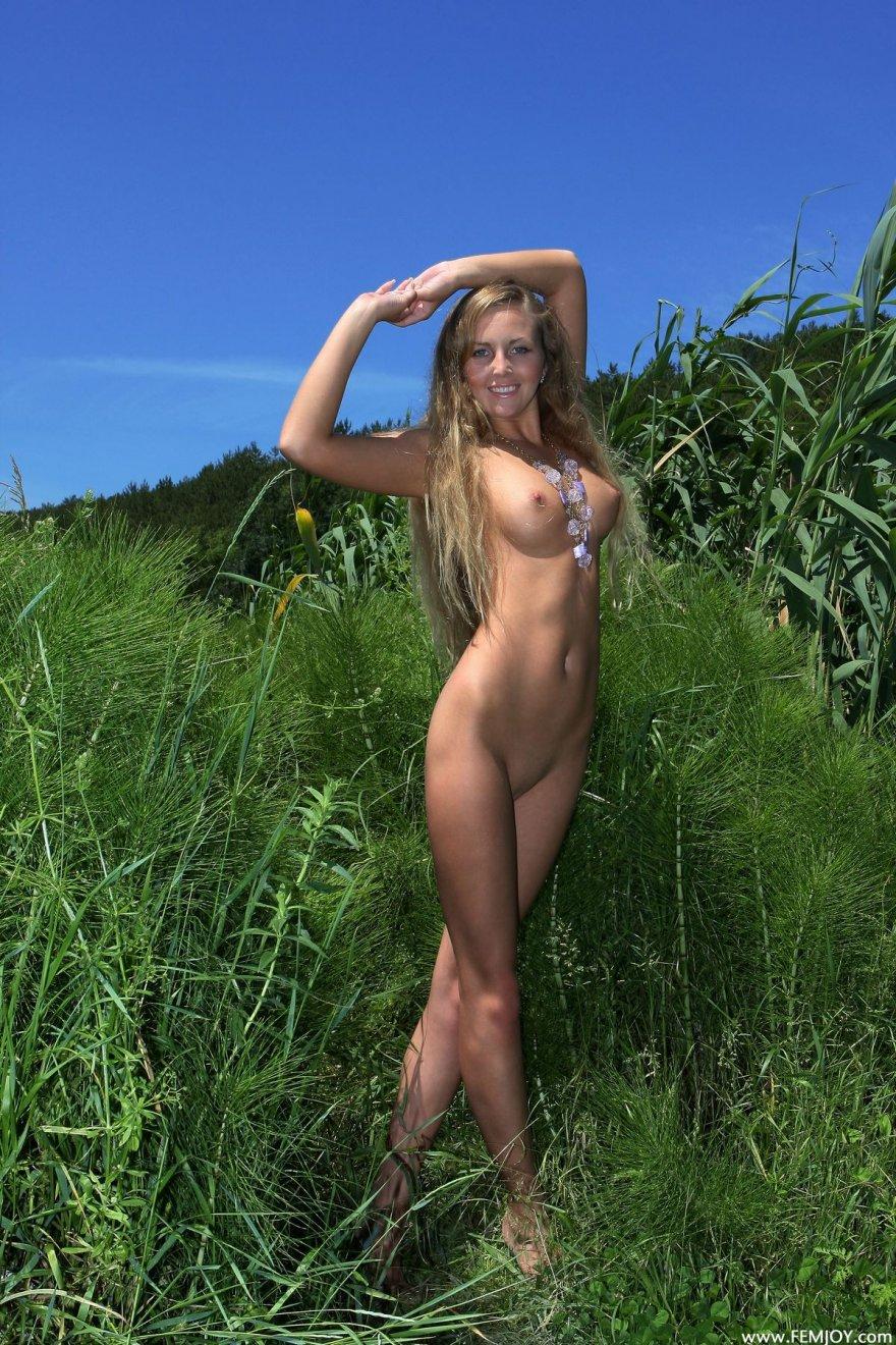 Красивые фото голой с длинными волосами на природе