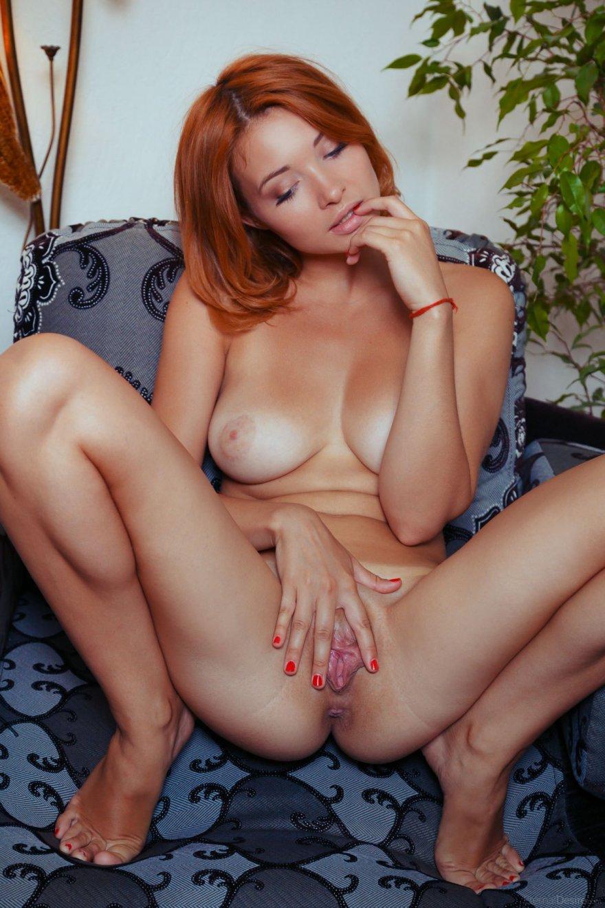 Эротические фото молодой женщины с загорелым телом