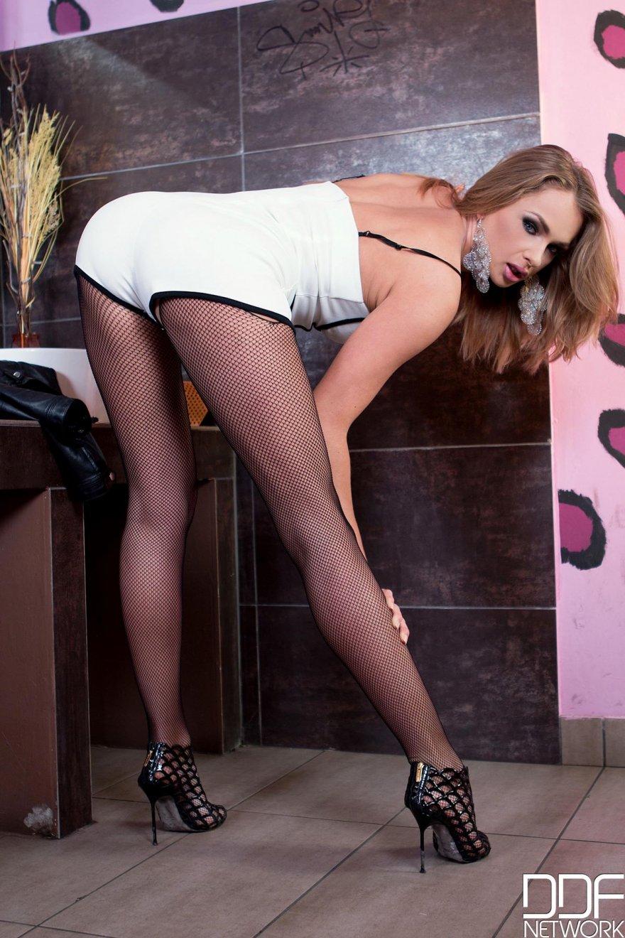Фото женщины в колготках с разрезом между ног