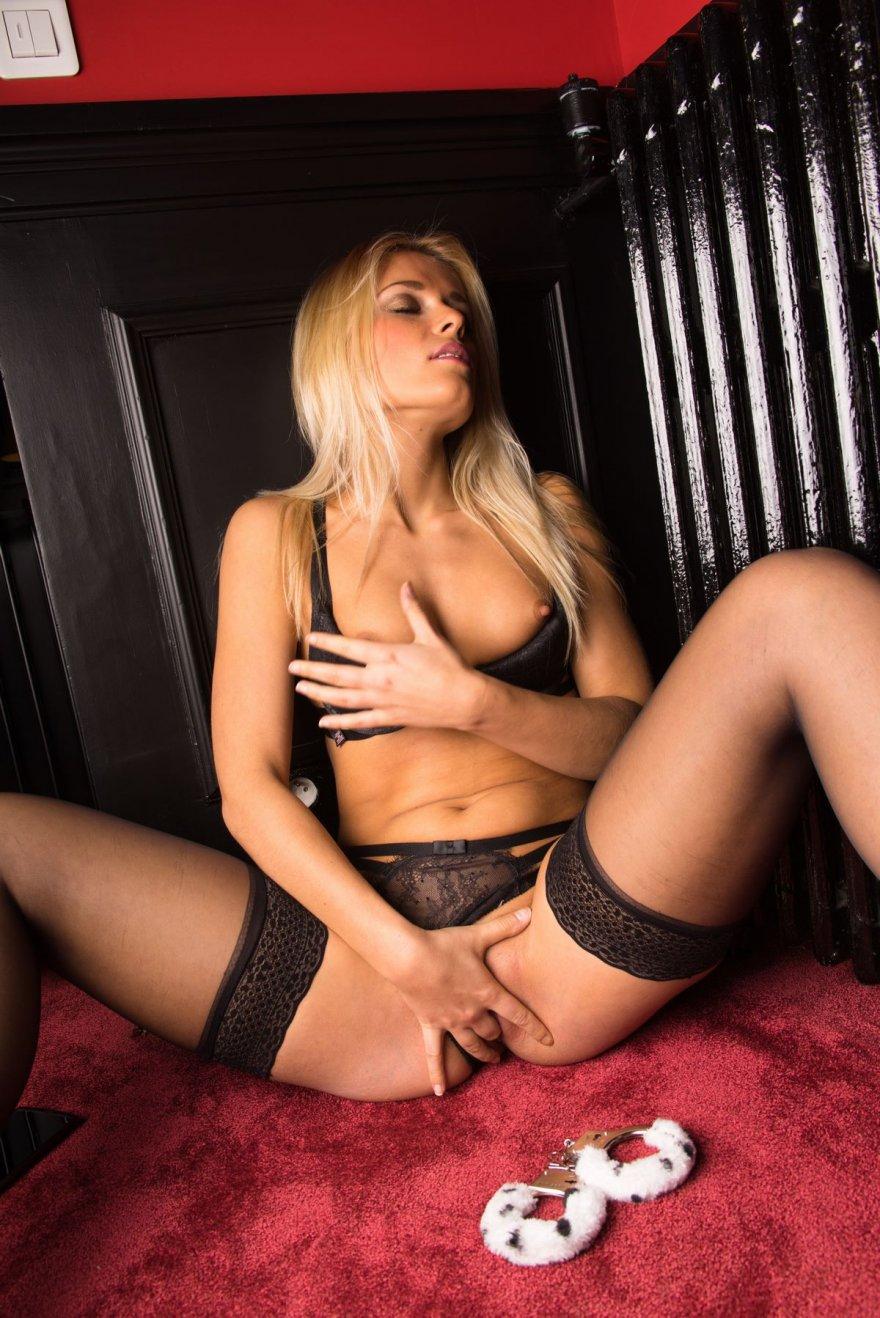 Блондинка в чулках стаскивает наручники смотреть эротику