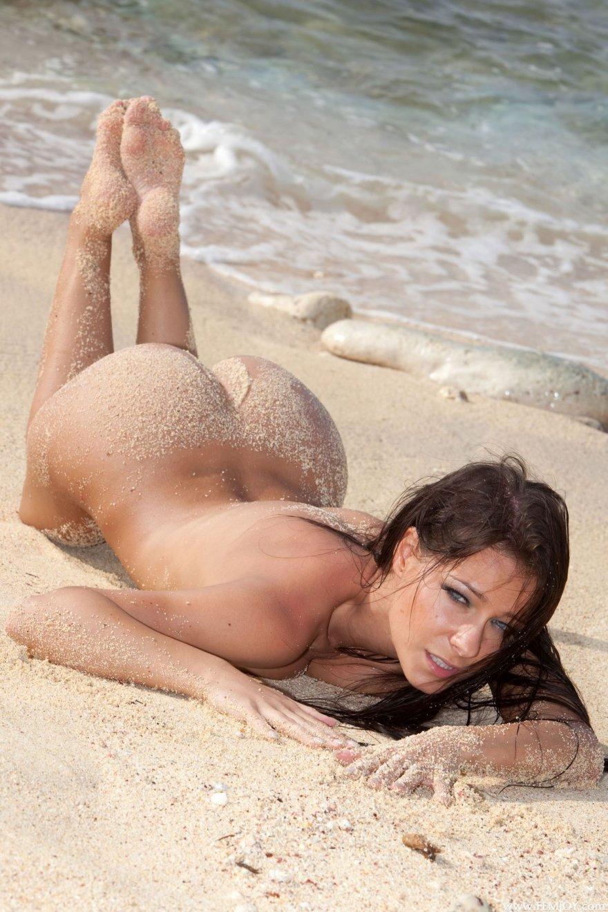 Смуглая шатенка в стрингах - шлюха на море