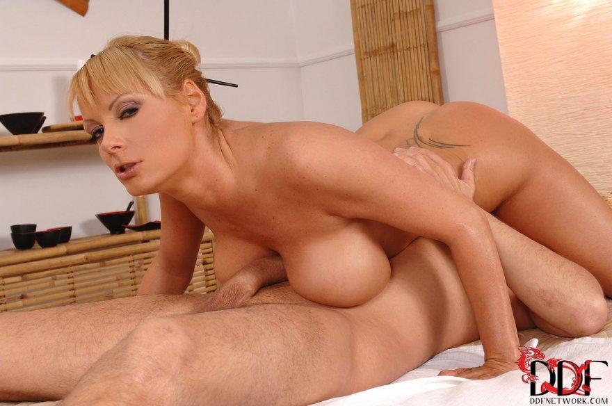 Блондиночка делает массаж крупными грудями секс фото
