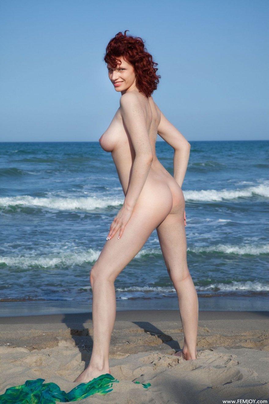 Роскошные обнаженные дойки женщины на пляже