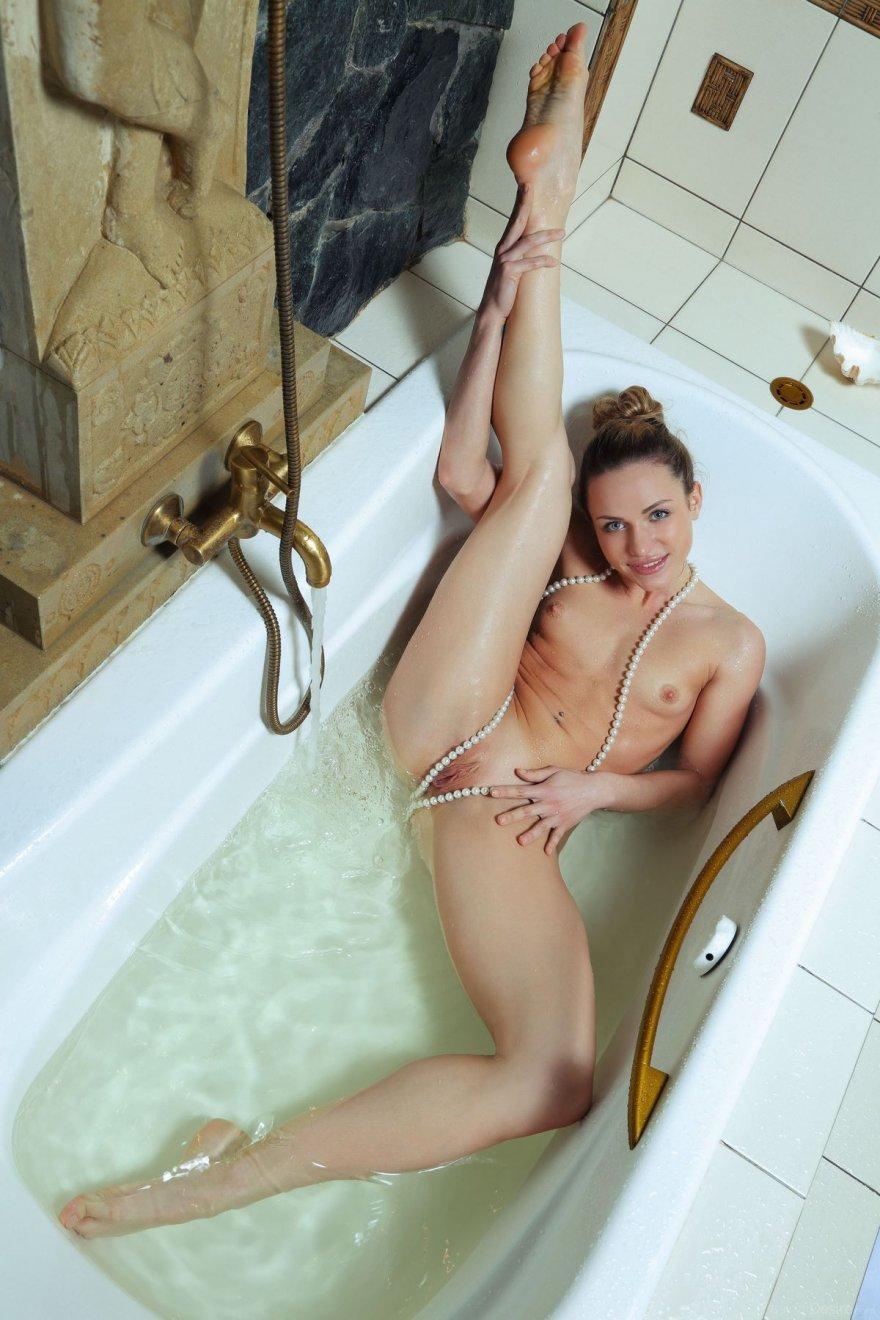 Стройная деваха с ниткой жемчуга под душем секс фото