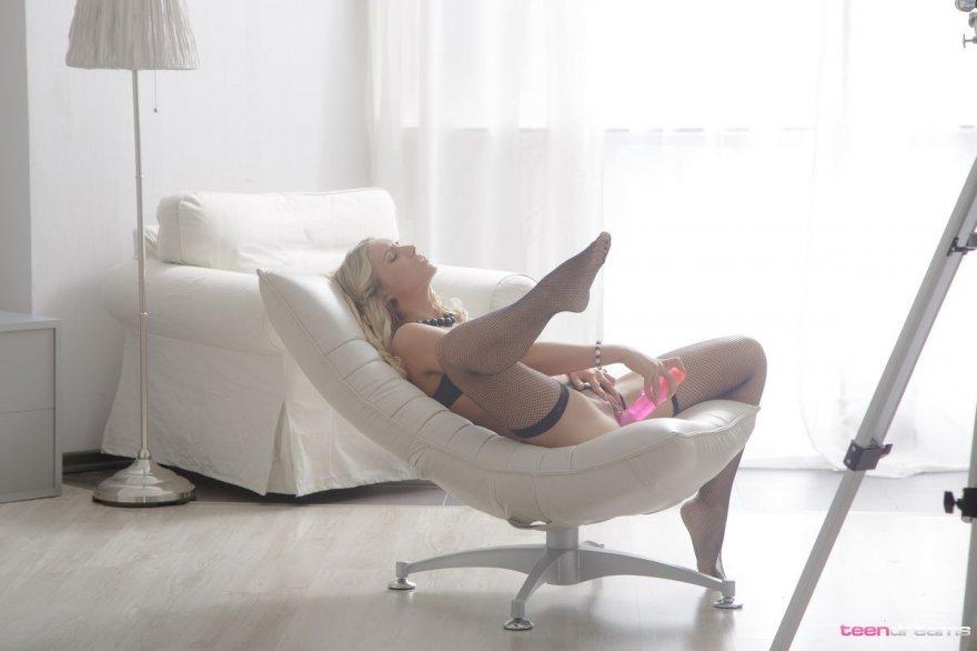 Светлая порноактриса в черном белье с розовым дилдо