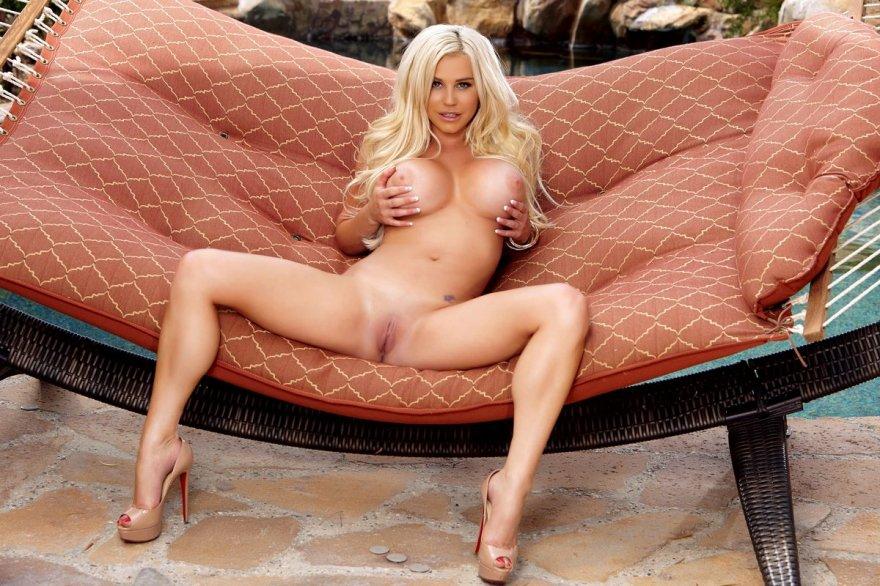 Изящное тело блондиночки в бикини