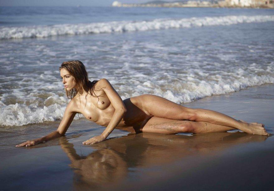 Легкая обнаженка голой блондинки в море