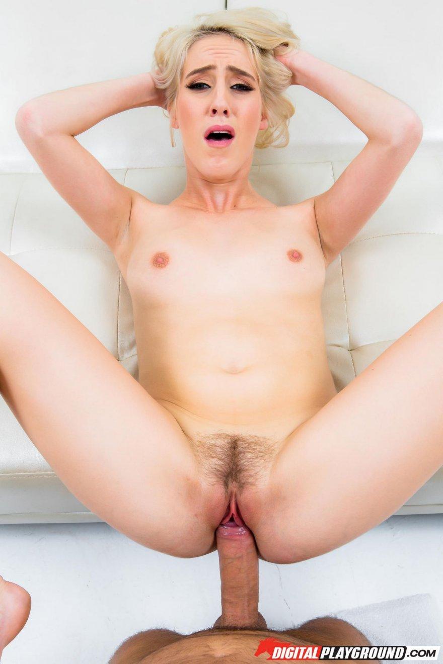 Блондинка в красном сосет большой член