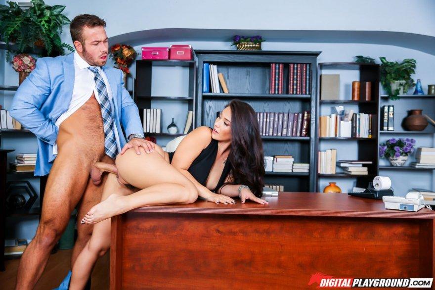 брюнетками секс с на работе