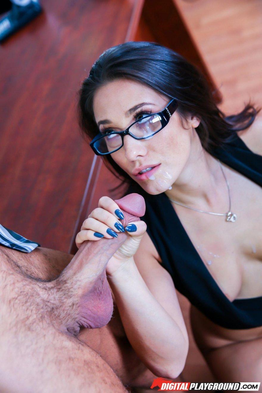Секс фото брюнетки в очках в офисе на столе
